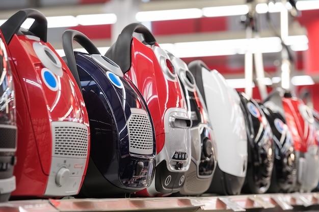 Rangée d'aspirateurs dans le magasin d'appareils