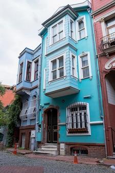Rangée de bâtiments résidentiels multicolores avec balcons et verdure à istanbul, turquie