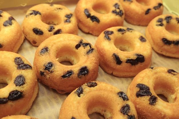 Rangée de beignes aux raisins secs cuits au four