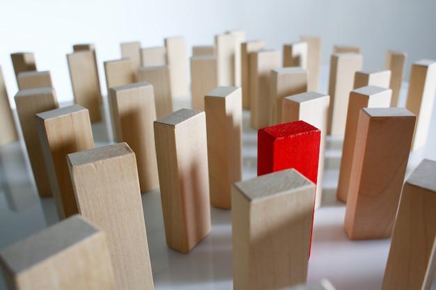 Une rangée de blocs de bois de loterie gagnant rouge
