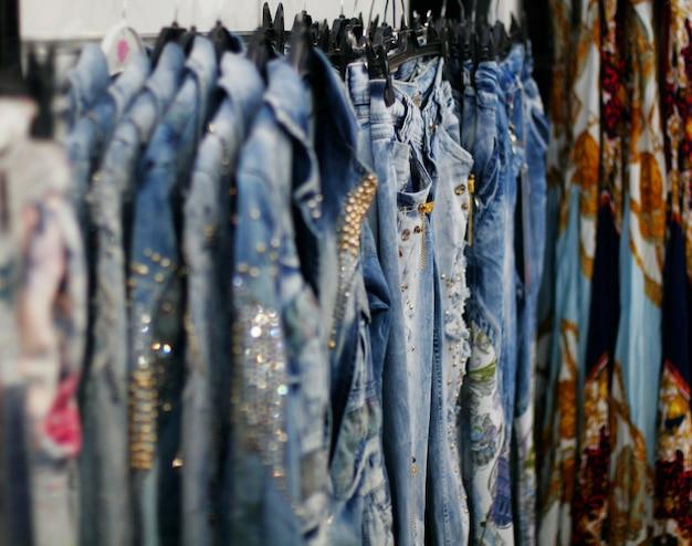 Rangée de blue jeans pendus