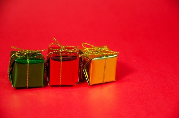 Rangée de boîte-cadeau sur fond rouge
