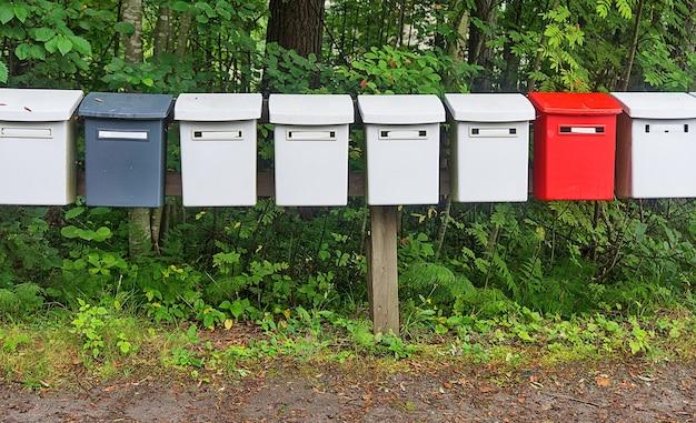 La rangée de boîtes aux lettres multicolores dans le parc