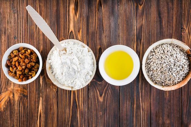 Rangée de bols avec des ingrédients de pain sur l'onglet brun foncé