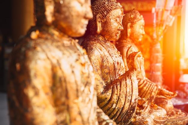 Rangée de bouddha doré asiatique image paisible et légère de sagesse et de concentration.