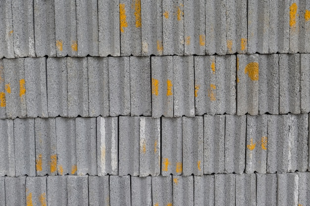 Rangée de briques grises utilisée pour gonfler le mur pour protéger les biens