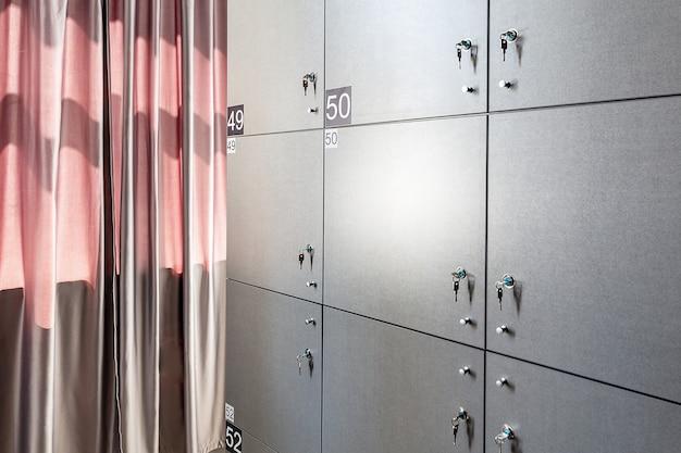 Rangée de casiers avec des numéros dans une auberge de jeunesse moderne