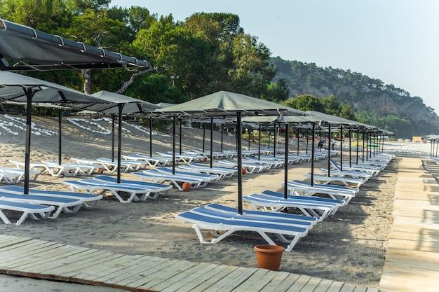 Rangée de chaises longues vides sur la plage de kemer antalya