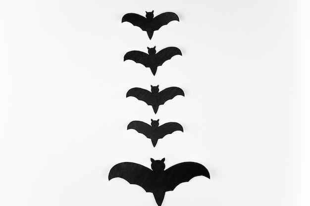 Rangée de chauves-souris noires