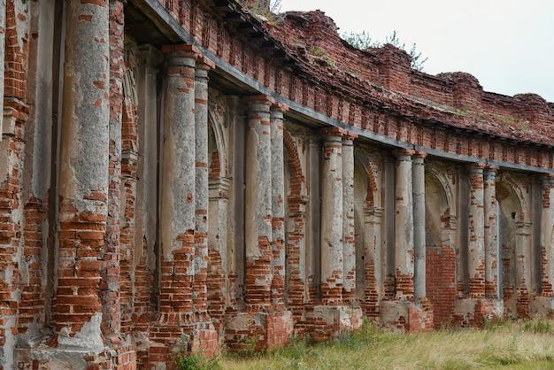 Rangée de colonnes de l'ancien château en ruine.