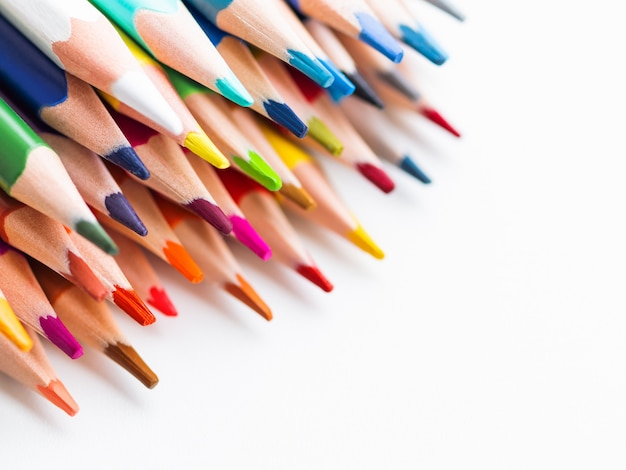 Rangée de crayons d'aquarelle colorés sur blanc.