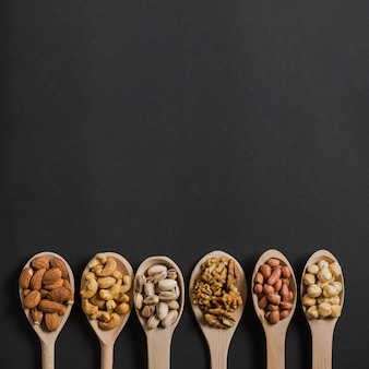Rangée de cuillères avec des noix