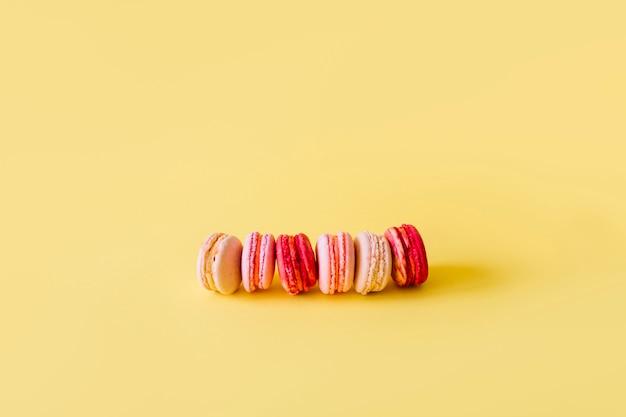 Rangée de délicieux macarons