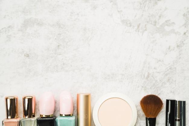 Rangée de différents produits cosmétiques