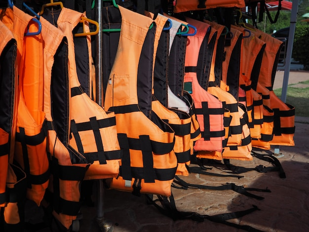 Rangée de gilets de sauvetage ou de gilets de sauvetage pour les touristes.