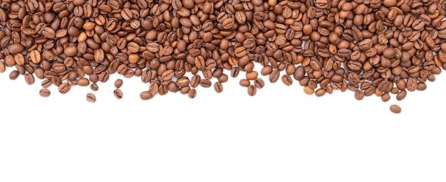 Rangée de grains de café torréfiés isolé sur fond blanc. vue de dessus.