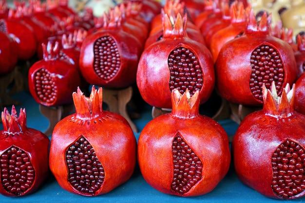 Rangée de grenades en bois, souvenir à vendre au marché de vernissage à erevan, arménie