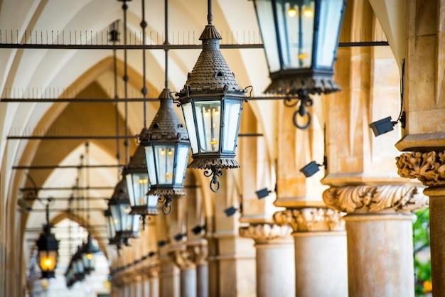 Rangée de lampes. passage en salle gothique avec colonnes