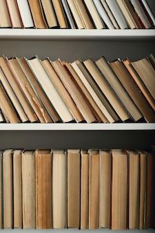 Rangée de livres sur des étagères, concept de littérature