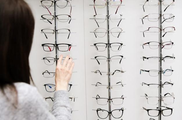 Rangée de lunettes chez un opticien. boutique de lunettes. stand avec des lunettes dans le magasin d'optique.