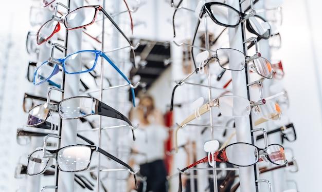 Rangée de lunettes chez un opticien