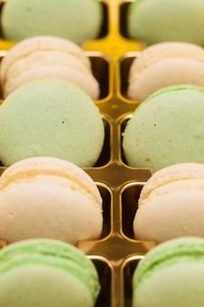 Rangée de macarons français colorés dans la boîte. dessert traditionnel français