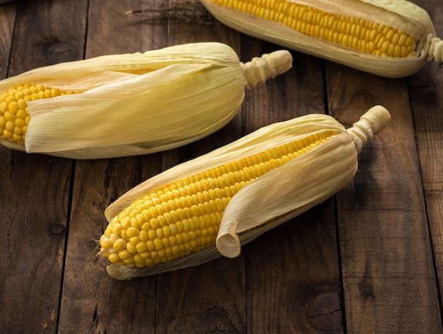 Rangée de maïs sur bois