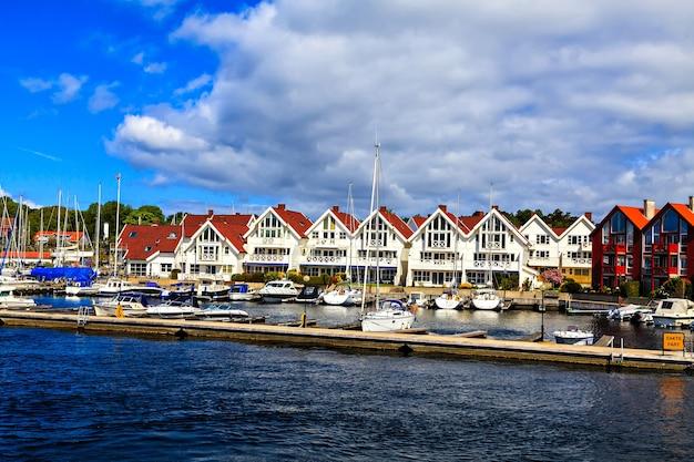Une rangée de maisons blanches à deux étages près du port