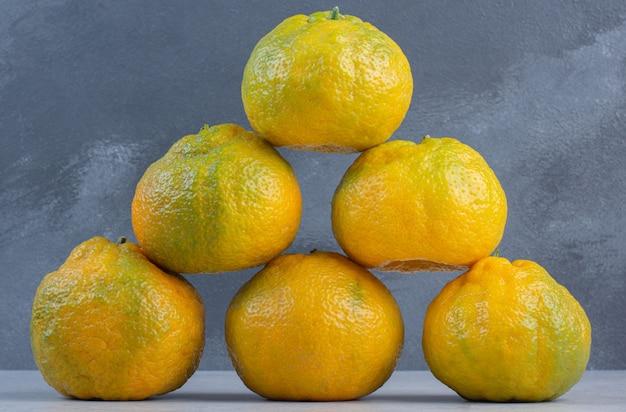 Rangée de mandarines biologiques fraîches. concept de fruits.