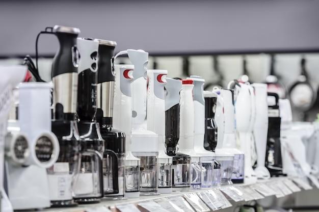Rangée de mélangeurs de variétés dans un magasin de détail