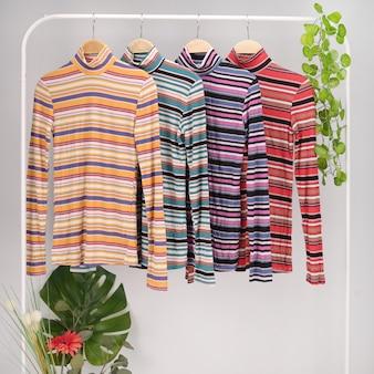 Rangée de mode pull en tissu coloré de femmes sur rack