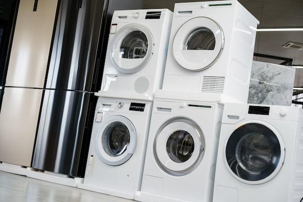Rangée de nouvelles machines à laver dans un hypermarché