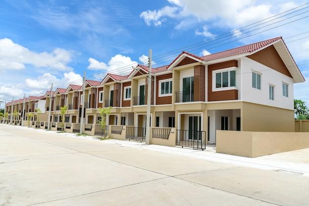 Rangée de nouvelles maisons en rangée brunes