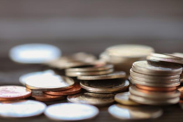 Rangée de pièces sur fond de bois pour la finance