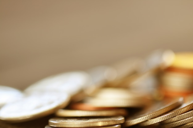 Rangée de pièces sur fond bois pour finances et épargne