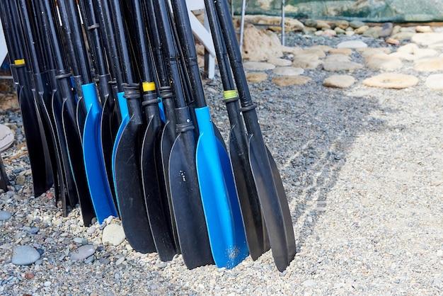 Une rangée de rames sur la plage.