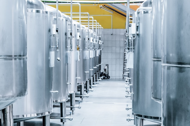 Rangée de réservoirs en acier pour le stockage et la fermentation de la bière. tonifier l'image.