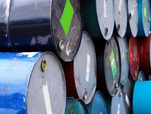 Rangée de réservoirs d'huile.