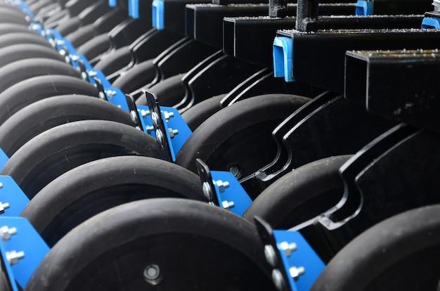 Rangée de roues du nouveau semoir agricole industriel se bouchent