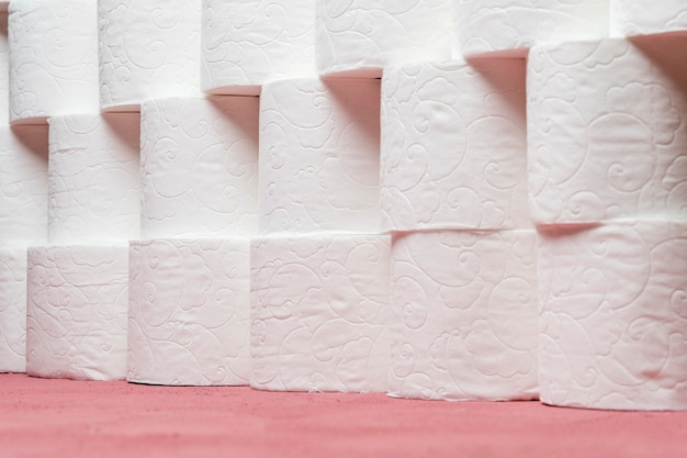Rangée de rouleaux de papier hygiénique soigneusement empilés