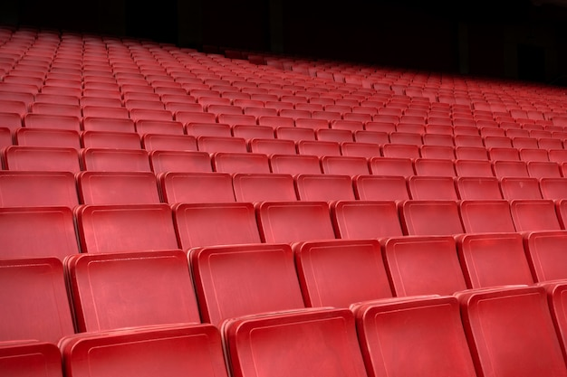 Rangée de sièges rouge dans le stade