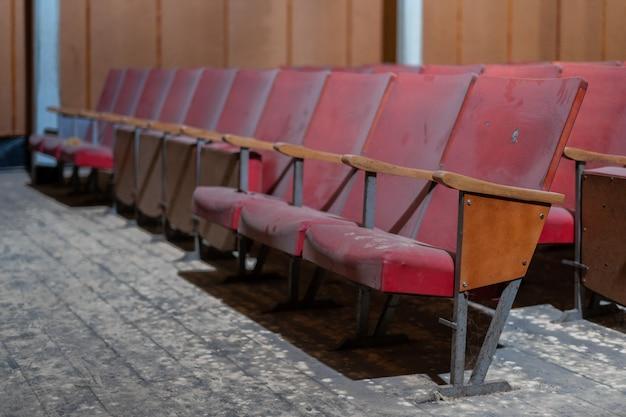 Rangée de sièges d'un vieux cinéma abandonné