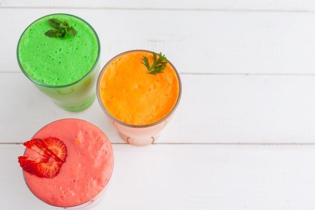 Rangée de smoothies de fruits et légumes sains