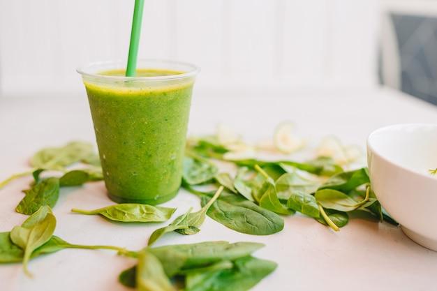 Rangée de smoothies sains aux fruits et légumes frais avec des ingrédients assortis