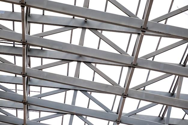 Rangée de structure de support métallique de toit de stade. fond d'acier industriel.