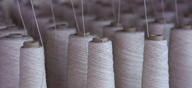 Une rangée de tubes de l'industrie textile dans les usines
