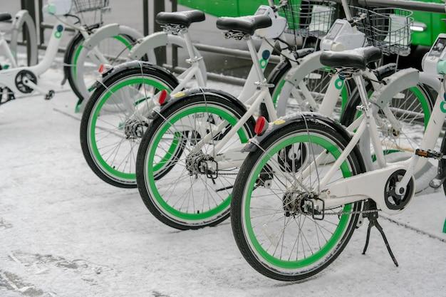 Rangée de vélos avec pneus verts