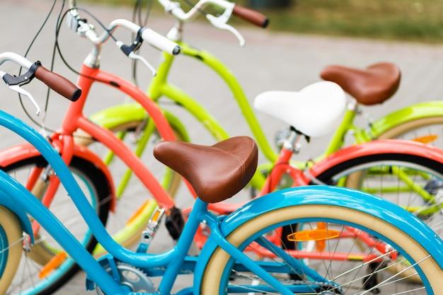 Rangée de vélos de ville pour femmes dans le magasin