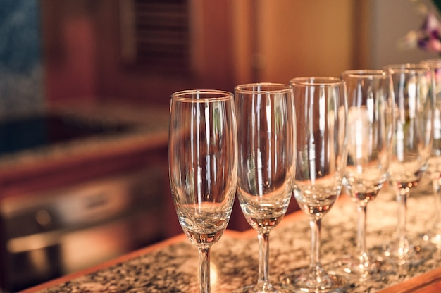 Rangée de verre à vin avec bar en marbre brillant