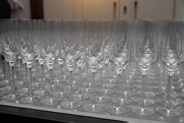 Une rangée de verres à champagne vides